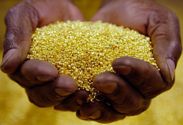 Congolese Villagers Scramble as they Discover a Whole Mountain Full of Gold